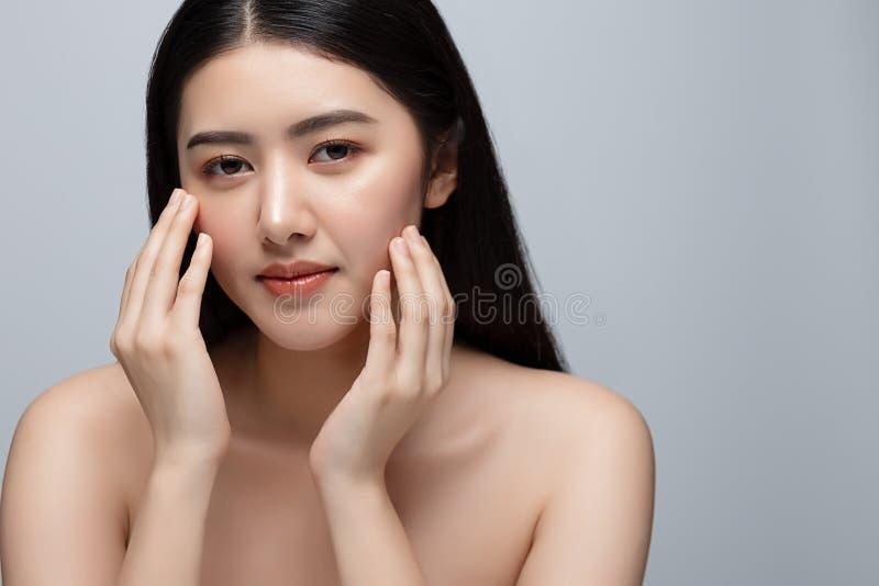 Portrait de la belle jeune femme asiatique nettoyant le concept de peau fraîche et nue La beauté des filles asiatiques fait face  photographie stock