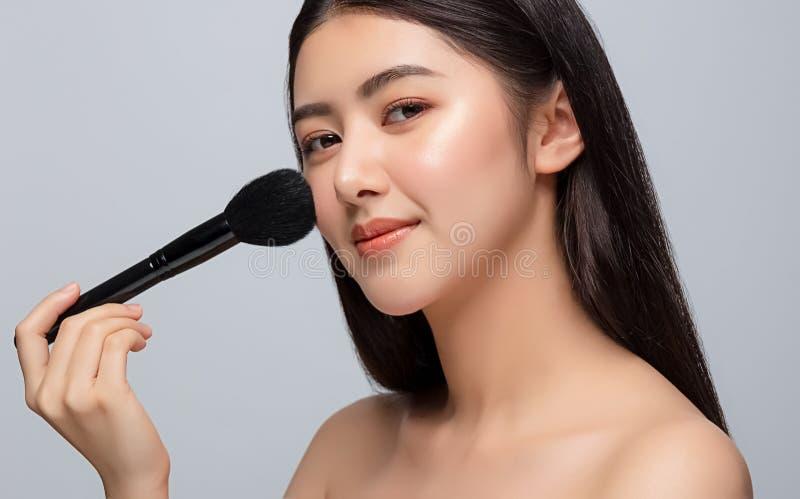 Portrait de la belle jeune femme asiatique nettoyant le concept de peau fraîche et nue La beauté des filles asiatiques fait face  photographie stock libre de droits