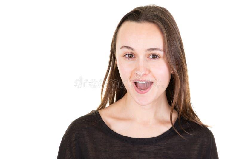 Portrait de la belle jeune femme gaie attirante mignonne chantant la chanson populaire d'isolement sur le fond blanc photographie stock libre de droits