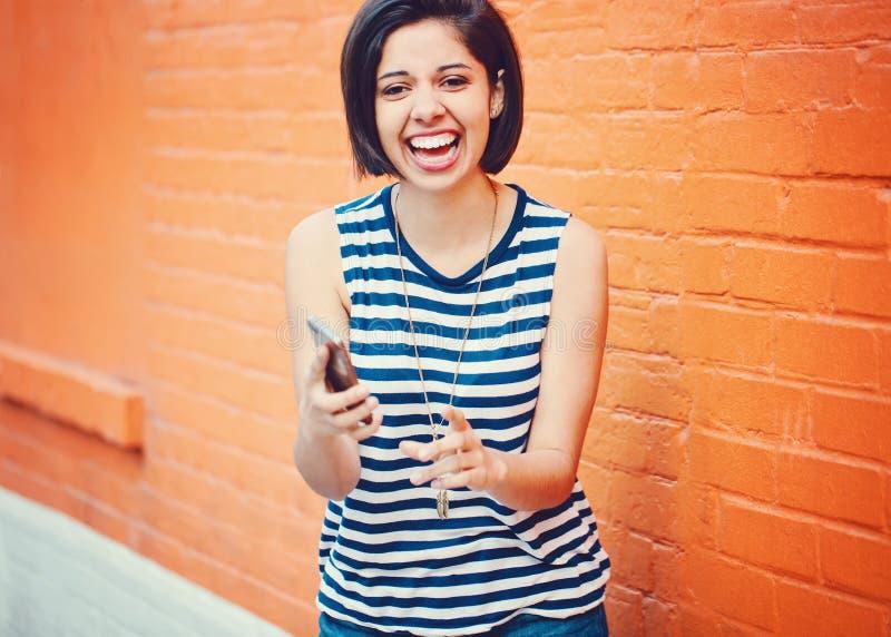 Portrait de la belle jeune femme hispanique latine de fille faisant la photo de selfie avec le téléphone portable images stock