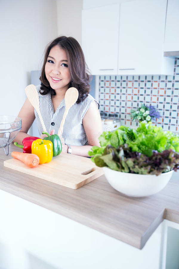 Jeune femme se tenant au comptoir de cuisine image libre de droits
