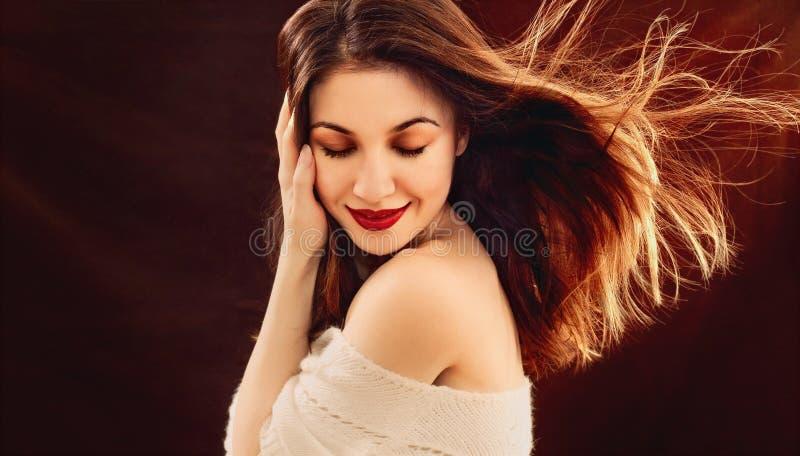 Portrait de la belle jeune femme sensuelle enjoing avec passion image libre de droits