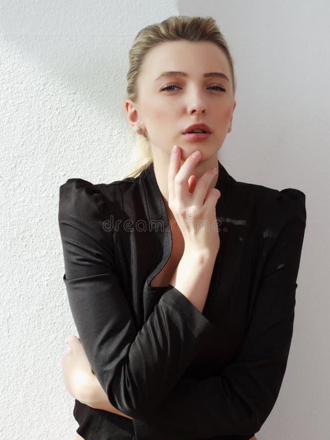 Portrait de la belle jeune fille images stock