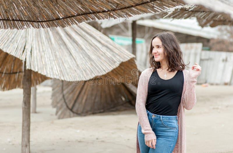 Portrait de la belle jeune fille ou femme sensible heureuse positive posant dehors dans des vêtements sport avec le sourire et le images libres de droits