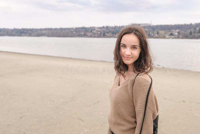 Portrait de la belle jeune fille ou femme sensible heureuse positive posant dehors dans des vêtements sport avec le sourire et le photos libres de droits