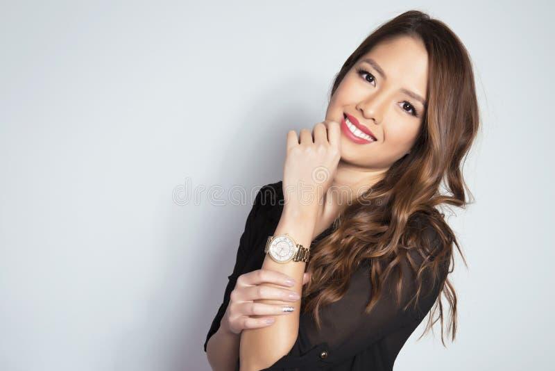 Portrait de la belle jeune jeune femme asiatique womanbeautiful asiatique portant un wat de poignet photos libres de droits