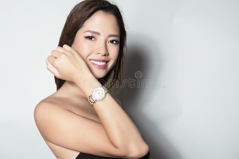 Portrait de la belle jeune jeune femme asiatique womanbeautiful asiatique portant un wat de poignet image libre de droits