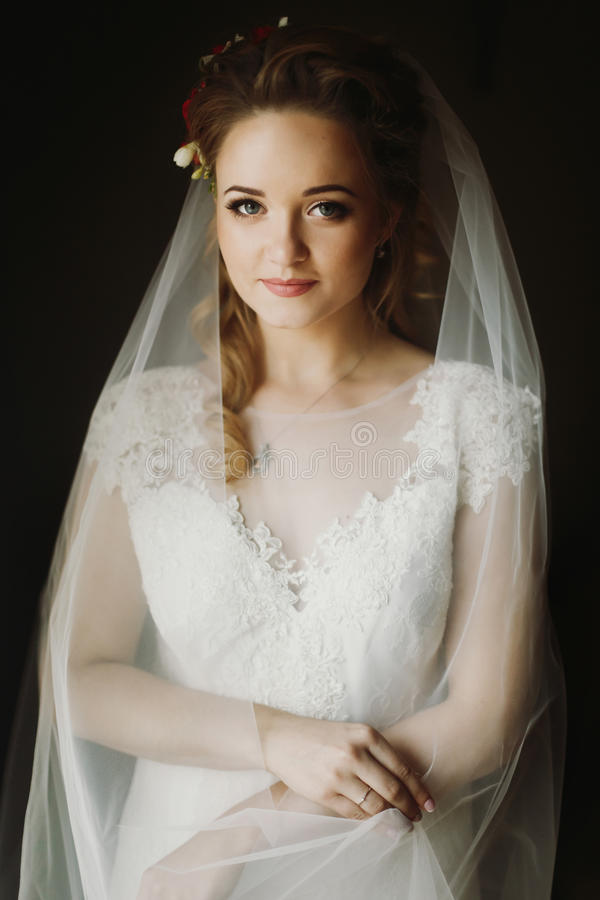 Portrait de la belle jeune mariée, jeune mariée blonde dans le weddi blanc élégant image stock