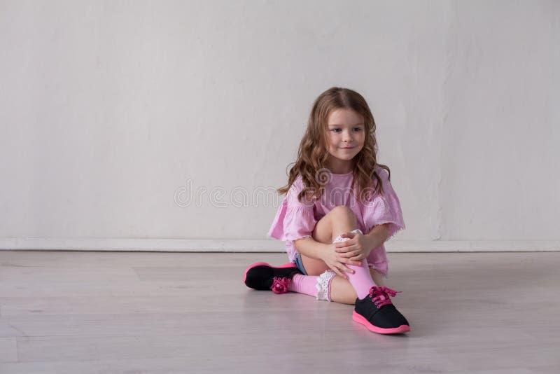 Portrait de la belle pose à la mode de petite fille images stock