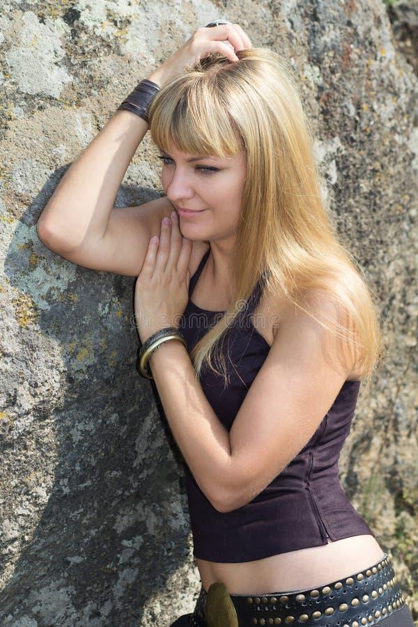 Portrait de la blonde avec des yeux bleus photo stock