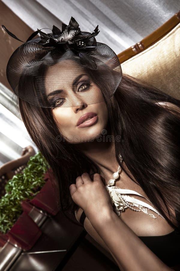 Portrait de la dame attirante de brune regardant l'appareil-photo. photographie stock libre de droits