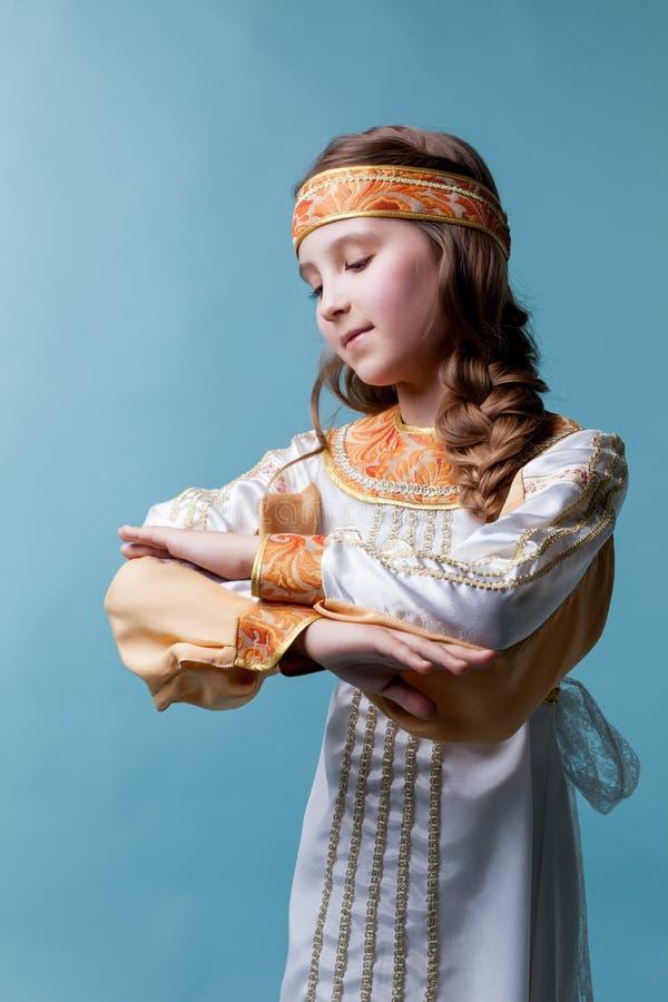 Portrait de la danse adorable de fille dans le costume folklorique images stock