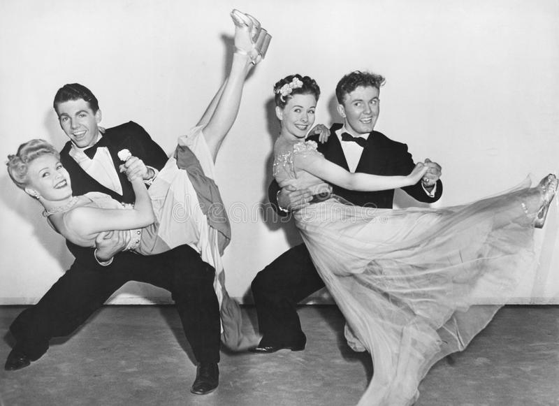 Portrait de la danse de deux couples photo stock