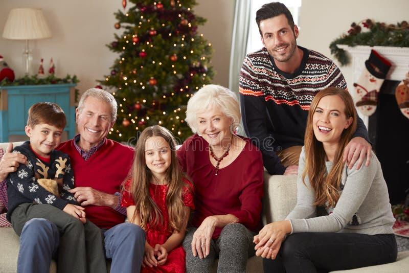 Portrait de la famille multi de génération se reposant sur Sofa In Lounge At Home le jour de Noël photographie stock
