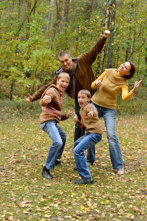 Portrait de la famille de quatre en parc photos libres de droits