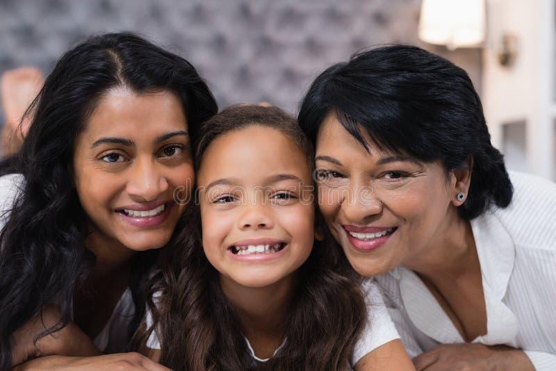 Portrait de la famille sur plusieurs générations à la maison image stock
