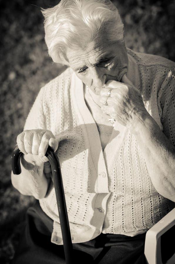 Portrait de la femme agée. Extérieur photo stock