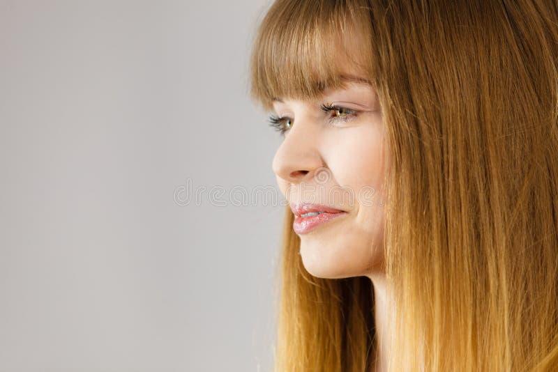 Portrait de la femme blonde heureuse souriant avec joie image stock