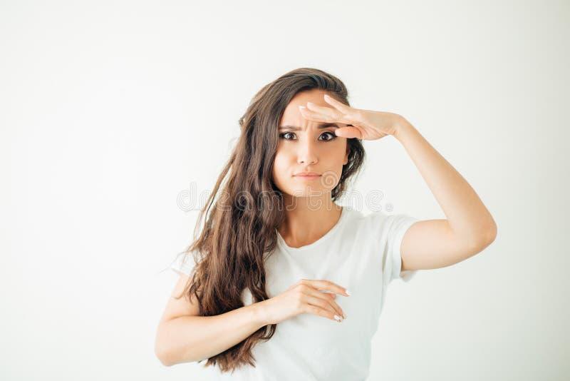 Portrait de la femme de coupe de jeunes anticipant quelque chose photo libre de droits