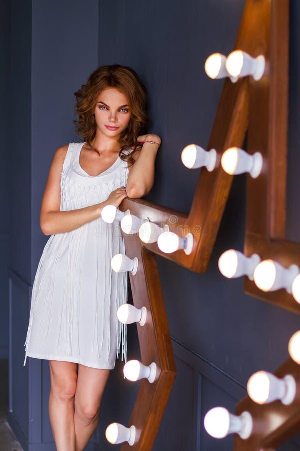 Portrait de la femme dans la robe blanche photographie stock libre de droits