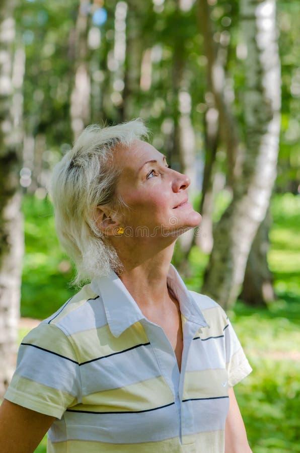 Portrait de la femme dans un bois de bouleau photos libres de droits