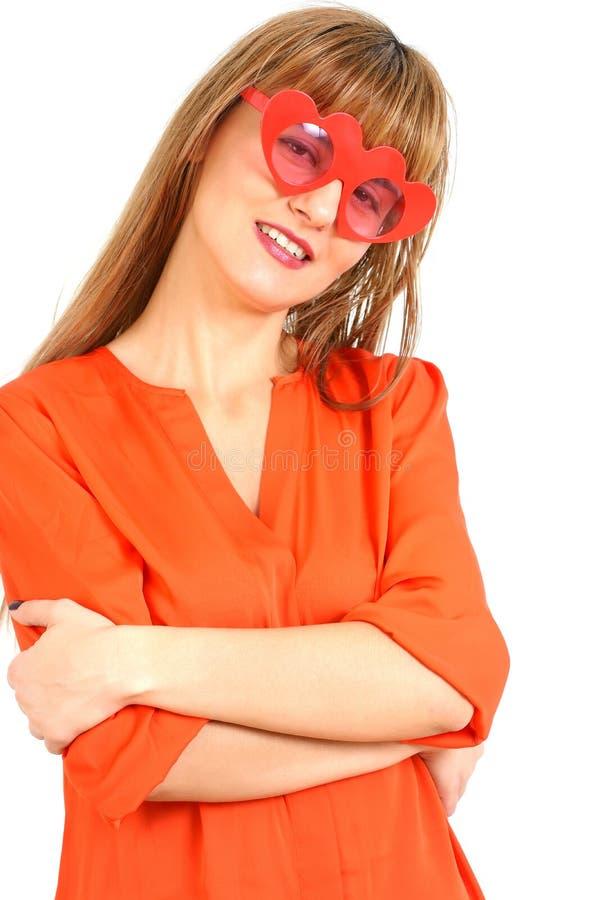 Portrait de la femme de sourire caucasienne attirante d'isolement sur le blanc photos stock