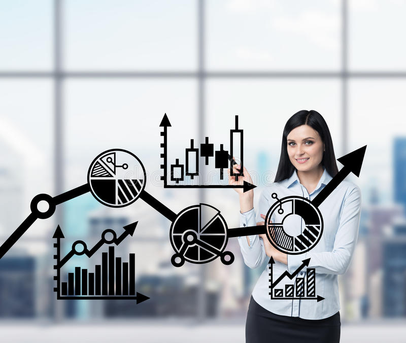 Portrait de la femme de sourire qui précise le plan d'optimisation d'affaires Un plan du processus d'affaires sur l'écran en verr illustration de vecteur