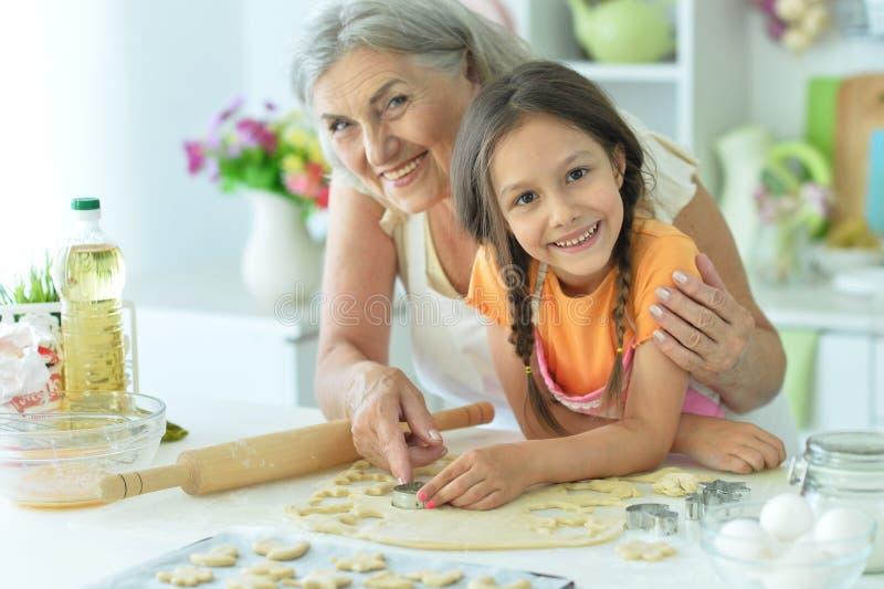 Portrait de la femme et de la fille qui cuisinent ensemble photos libres de droits