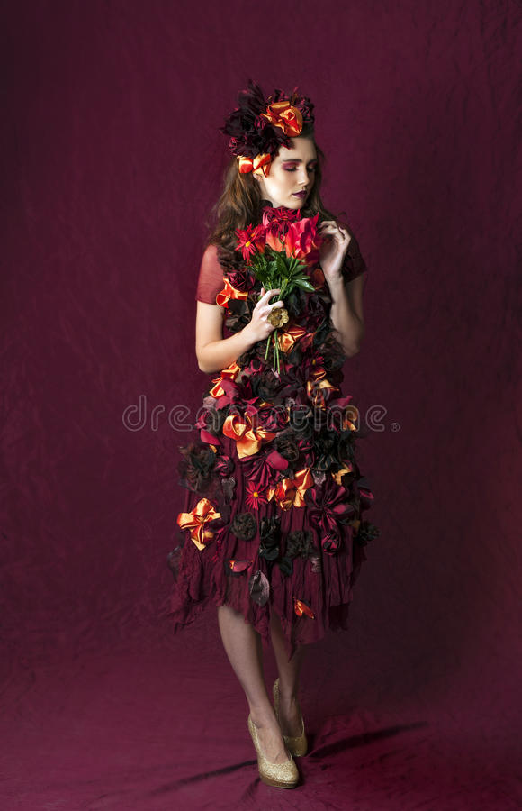 Portrait de la femme florale d'imagination d'automne tenant un bouquet photos libres de droits