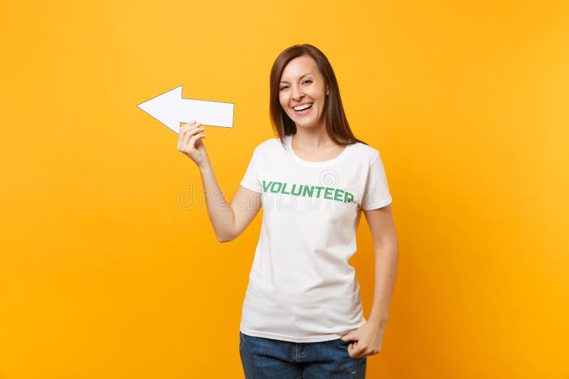 Portrait de la femme heureuse dans la flèche volontaire de prise de titre de vert d'inscription écrite par T-shirt blanc se dirig photos stock