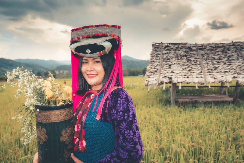 Portrait de la femme Lisu tribal dans le costume traditionnel de robe et de bijoux dans des domaines de riz , Mode de vie de fill photos libres de droits