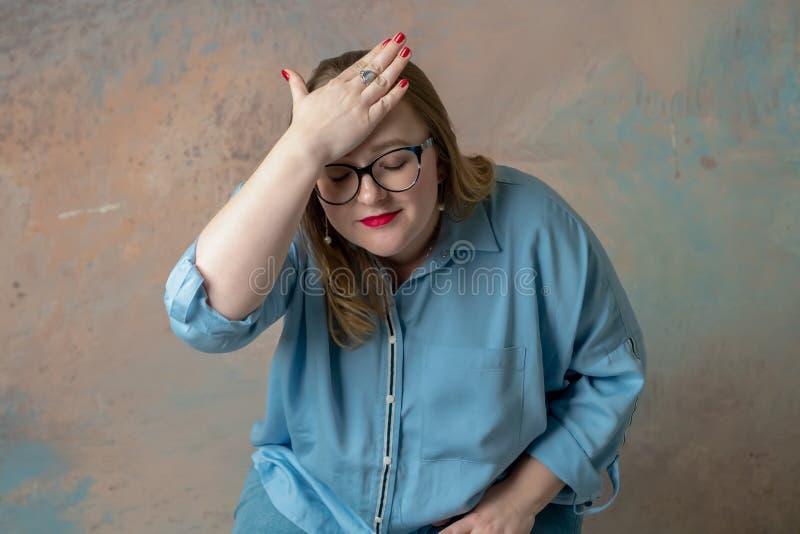 Portrait de la femme plus attirante de taille ayant des émotions de colère, exprimant le désespoir et l'irritation plus de photographie stock libre de droits