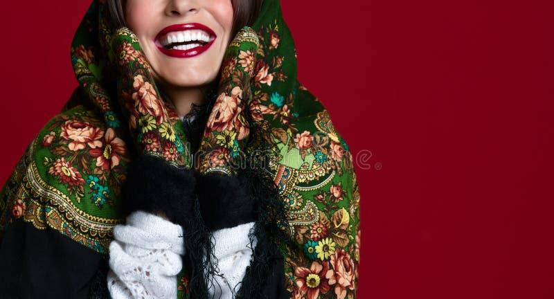 Portrait de la femme russe de style de beaux cheveux de brune de charme de haute couture dans l'écharpe traditionnelle et des gan photo stock