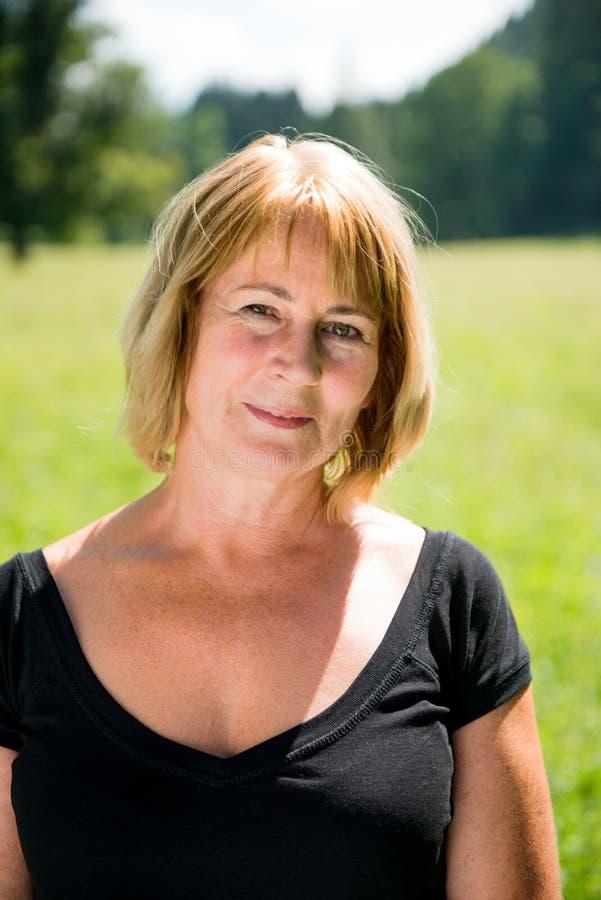 Portrait extérieur de femme supérieure image libre de droits
