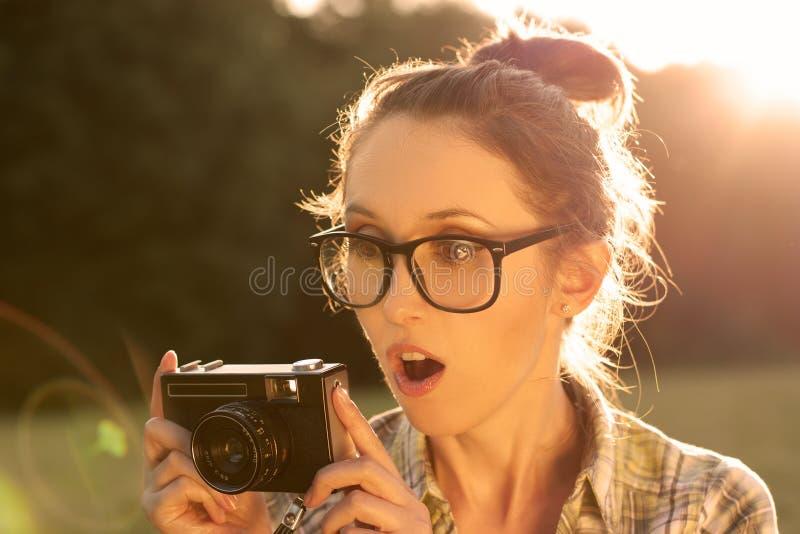 Portrait de la fille étonnée de hippie prenant une photo photo stock