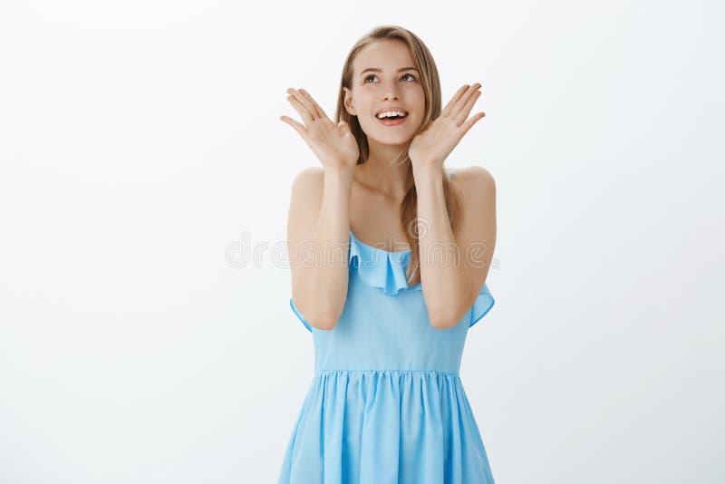 Portrait de la fille amusée heureuse réalisant le rêve pour venir recherche optimiste et reconnaissante de véritable sentiment en images stock