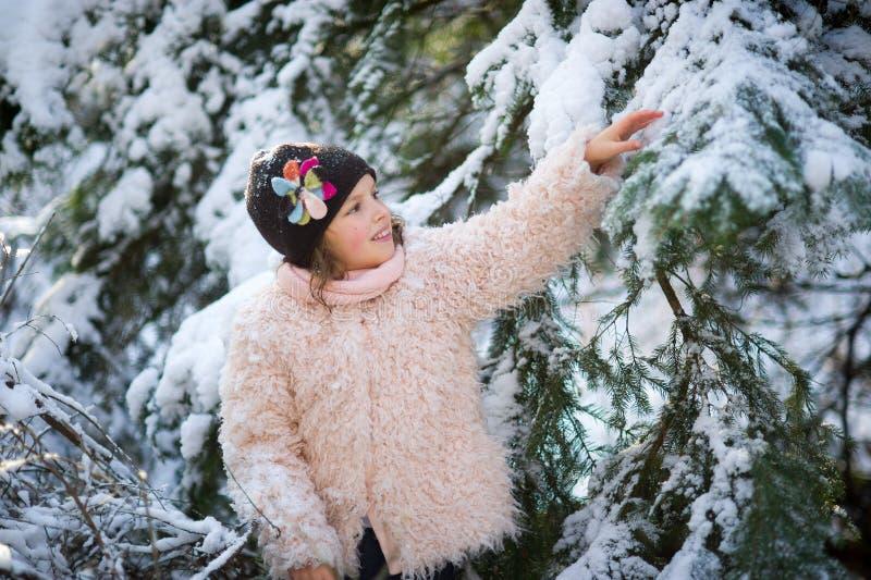 Portrait de la fille de 8-9 ans en parc d'hiver images libres de droits