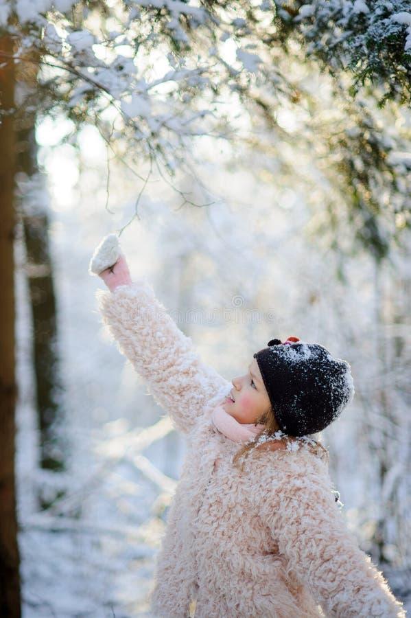 Portrait de la fille de 8-9 ans en parc d'hiver photographie stock