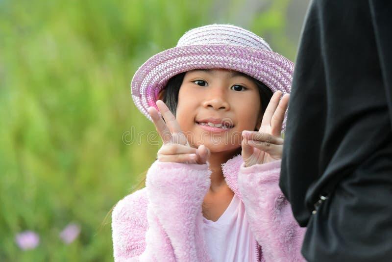 Portrait de la fille asiatique mignonne extérieure photographie stock libre de droits