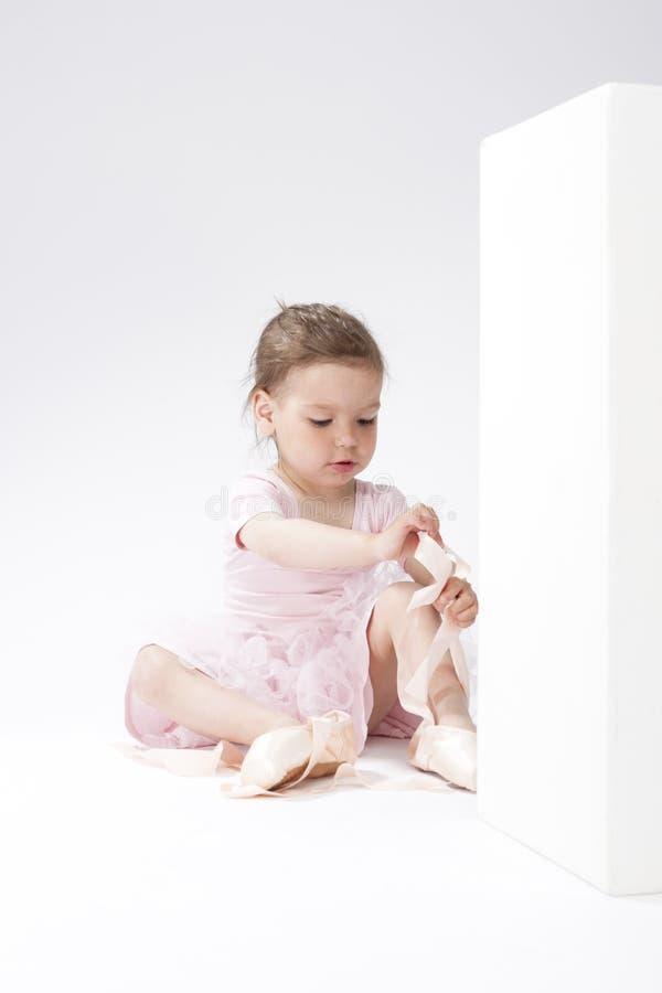 Portrait de la fille caucasienne concentrée mignonne essayant sur Pointes miniature photographie stock libre de droits