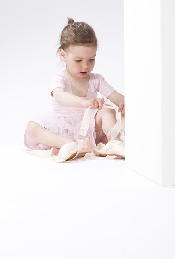 Portrait de la fille caucasienne concentrée mignonne essayant sur Pointes miniature image libre de droits