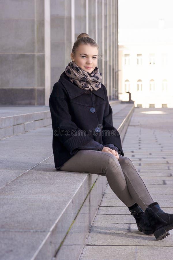 Portrait de la fille caucasienne heureuse d'adolescent détendant dehors image stock