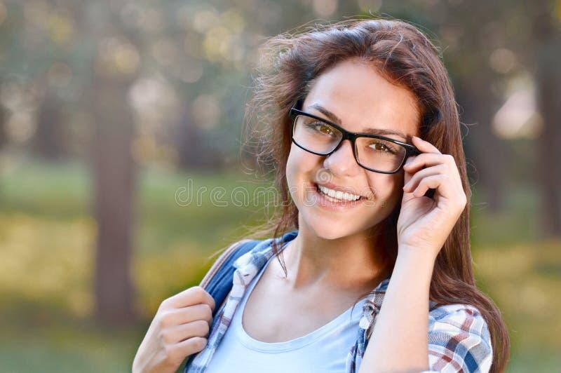 Portrait de la fille d'étudiant en parc images libres de droits