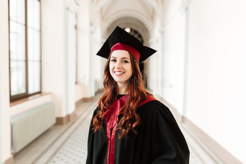 Portrait de la fille d'étudiant de graduation de l'université image stock