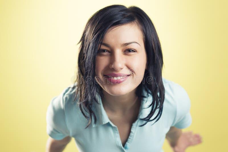 Portrait de la fille de sourire gaie recherchant photographie stock libre de droits