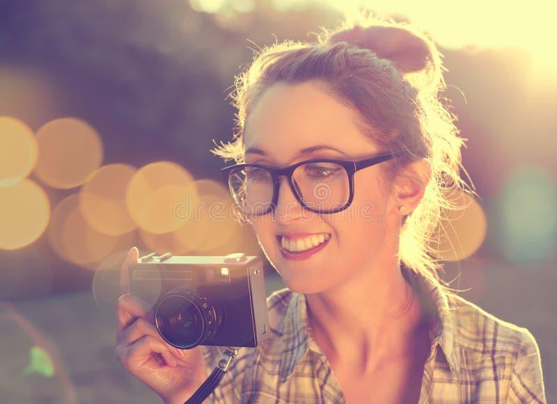 Portrait de la fille heureuse de hippie prenant une photo photographie stock