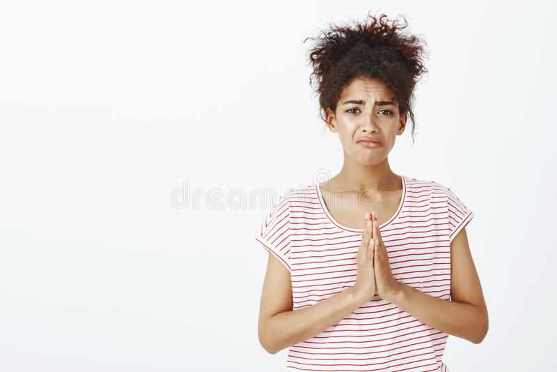 Portrait de la fille inquiétée triste priant pour l'aide ou la rémission Le portrait de l'unhapyp a contrarié la femme dans le T- photo libre de droits