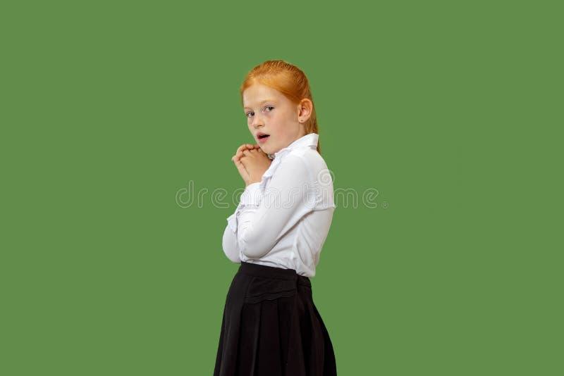 Portrait de la fille de l'adolescence effrayée sur le vert photographie stock libre de droits