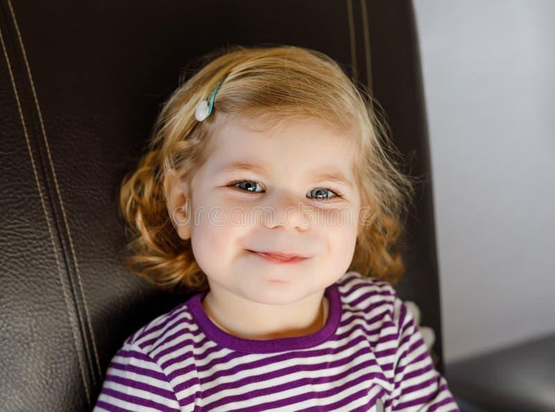 Portrait de la fille mignonne adorable d'enfant en bas ?ge de deux ans Beau b?b? avec les poils blonds regardant et souriant la c photo stock