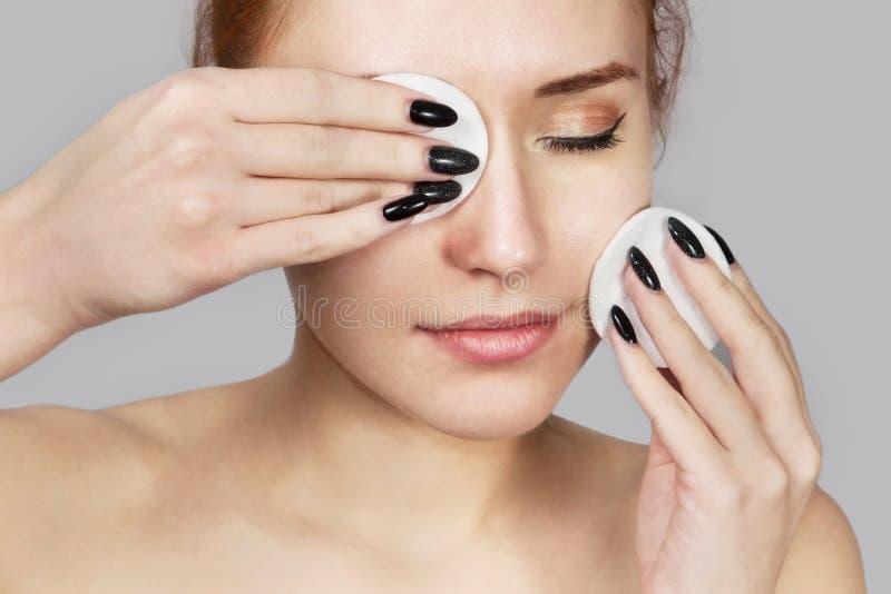 Portrait de la fille riante gaie appliquant la mousse pour laver sur son visage Belle femme rousse avec l'aspect attrayant peau photos libres de droits